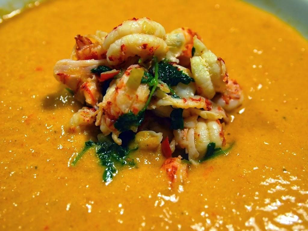 Cremet grøntsagssuppe med krebs og chili