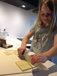 Stor kniv | lille pige | madmedmartin.dk