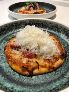 vegetarpizza med løg og tomat