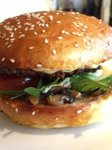 klassisk burger bolle med sesam | madmedmartin.dk