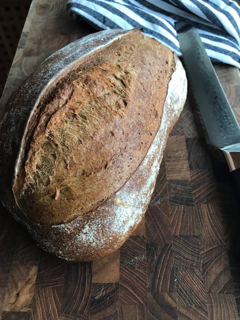 Maltbrødet har fået et snit på tværs af brødet.
