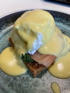 egg benedict med sauce hollandaise